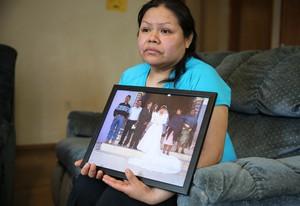 Rosalina Guzman sostiene la foto del día de su boda.