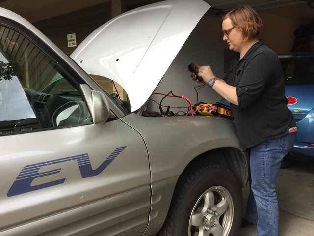 Nikki Gordon-Bloomfield figured out how to use her electric cars as a backup power source for her home in case of emergencies.